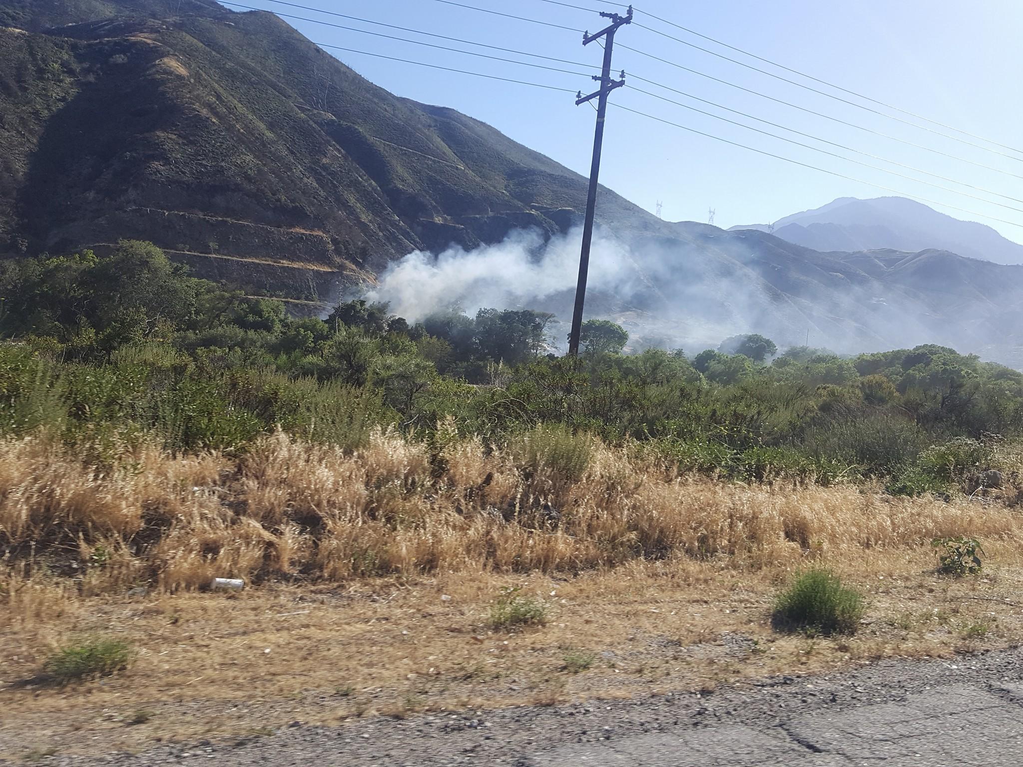 Brush fire burning off Cajon Blvd. (photo by Gabriel Cerda)