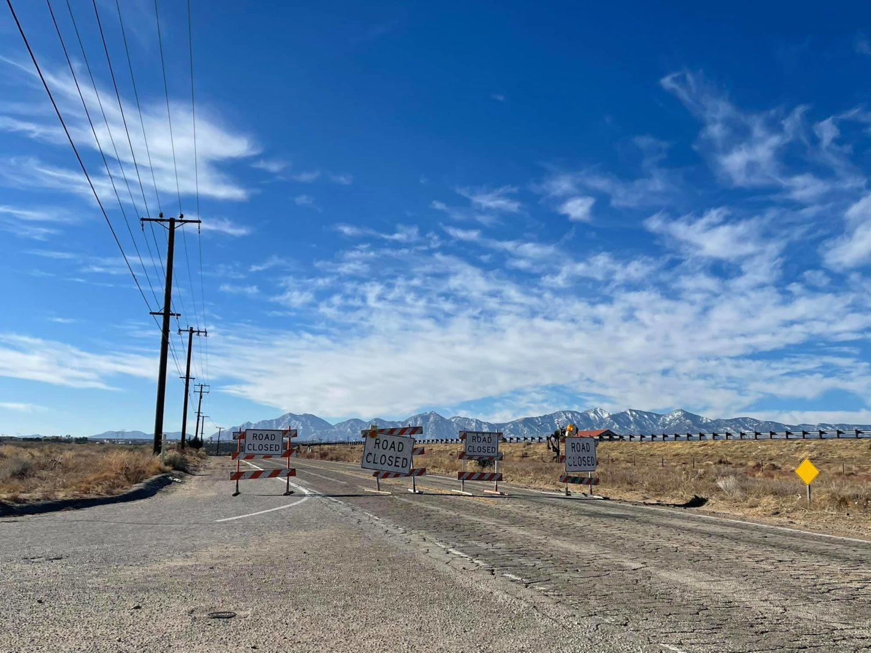 Rod closed signs on Mariposa Road at Mesquite Street. (Hugo C. Valdez, VVNG.com)